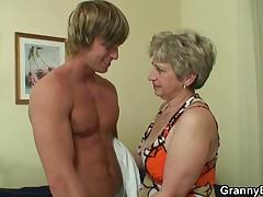 Одинокая бабушка ждет большой хуй