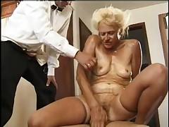 Старушка занимается сексом втроем на кухне