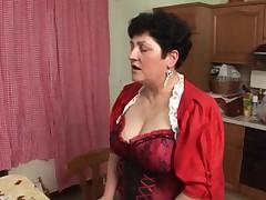 Бабуля трахает тетку страпоном