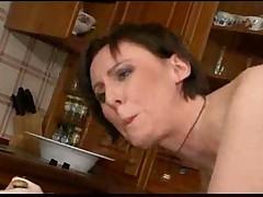 Брюнетка сосет и трахается на кухне