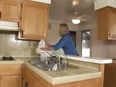 Мамочка трахается на кухне