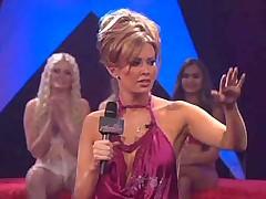 Порнозвезда Коди Мило танцует стриптиз на сцене