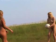 Молодые девч занялись легкой атлетикой голышом на поле