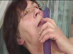 Volosataja starushka v ochkah s seks igrushkami