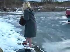 Голая ходит по снегу