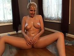Латиноамериканская красотка Синди мастурбирует