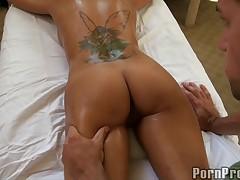 Брюнетка с большими сиськами любит массаж с маслом