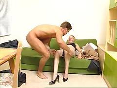 Mamasha s korotkimi volosami poluchaet horoshij seks