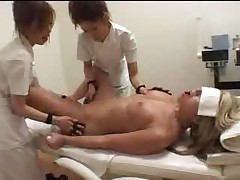 Tri belyh devochki v japonskom salone massazha