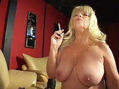 Горячая зрелая блондинка курит и делает минет