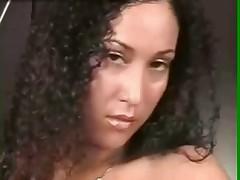Латиноамериканка с торчащими сосками