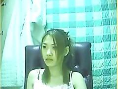 Japonka mered vebkoj demonstriruet svoju kisku