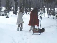 Dve devchonki lesbijanki igrajut v snegu
