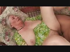Древняя бабушка любит секс у бассейна