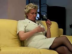 Babushka masturbiruet na divane