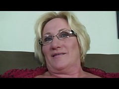 Блондинка бабушка в очках