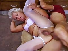 Анальный секс старенькой мадам