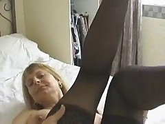 Сексуальная бабушка мастурбирует