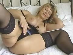 Seksual'naja babushka masturbiruet