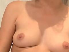 Юная брюнеточка мастурбирует в ванной