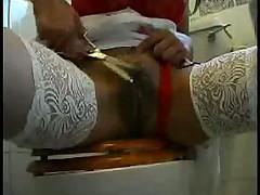 Бритье киски в сексуальных чулках