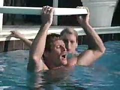 Работницы бассейна любят сосать