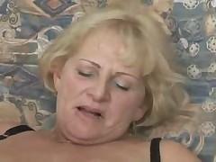 Zrelaja blondinka soset i trahaetsja