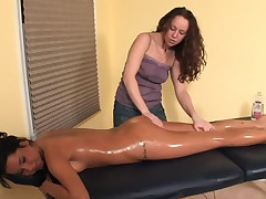 Лесбийский массаж с использованием масла