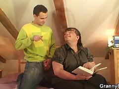Сиськастая мамаша приударила за молодым парнем