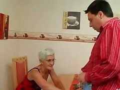 Бабушка с серебряными волосами жаждет члена