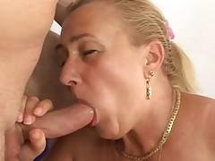 Babushka podstavljaet lico pod spermu
