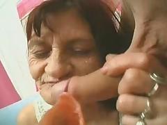 Morwinistaja babushka igraet s tverdym chlenom