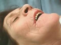 Морщинистая бабушка играет с твердым членом