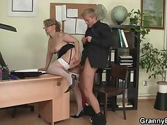 Офисная дама дает сексуальный урок