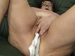 Бабуля  и ее  игра с пенисом