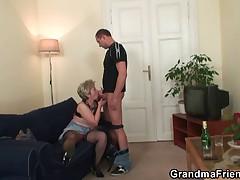 Babushka progrevaet svoju vaginu pered zhestkim seksom