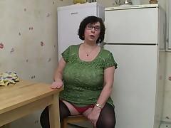 Грудастую бабулю в очках