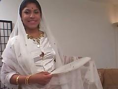 Индийская женщина сосет и дает в два члена анально