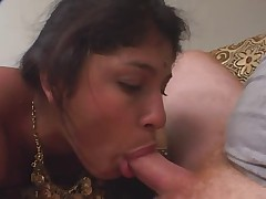 Indijskaja zhenwina soset i daet v dva chlena anal'no