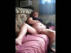 Бабушка старушка забавляется на диване