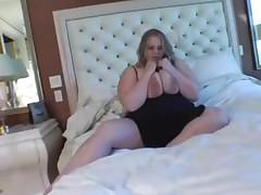 Пышечка мастурбирует