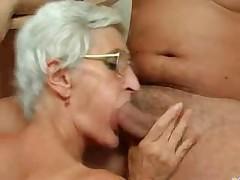 Sedaja 80-letnjaja babka ljubit vkus spermy