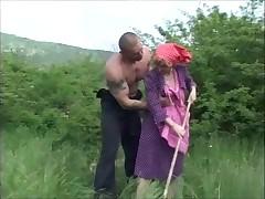 Бабушка в красном платке на открытом воздухе