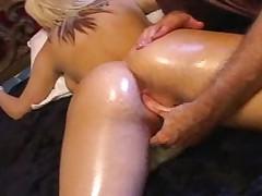 Ей нравится анальная мастурбация