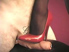 Брюнетка в чулочках делает массаж ножками