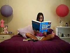 Домашней умненькой девочке надоело корпеть за учебниками