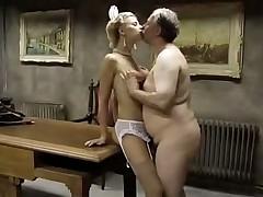 Толстый мужик уговорил молоденькую на секс