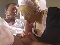Мужик согласился изменить с медсестрой