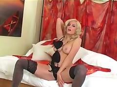 Блондиночка в красивом черном белье