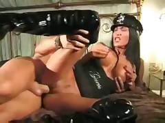Нужно выполнять все желания леди-полицейской